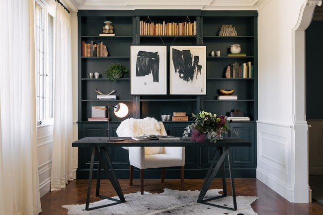 Уютный домашний кабинет с черной мебелью и белыми стенами.
