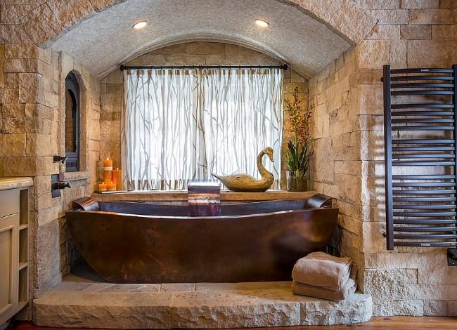 Натуральное дерево и природный камень в интерьере ванной комнаты в деревенском стиле.