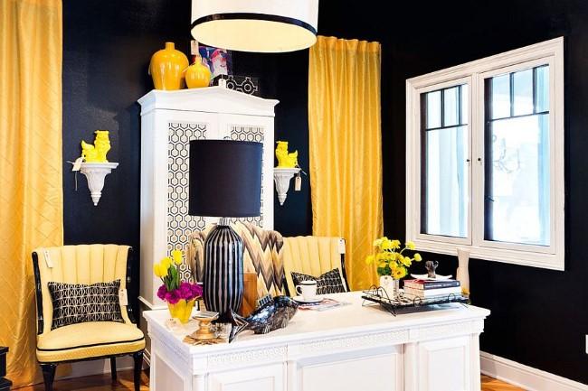 Черно-белый домашний кабинет с желтыми предметами мебели и аксессуарами.