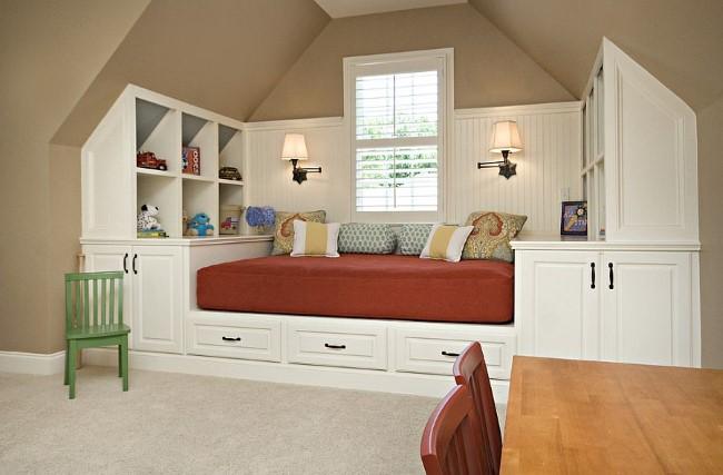 Гостевая-игровая комната с компактным, встроенным в нишу раскладным диваном.
