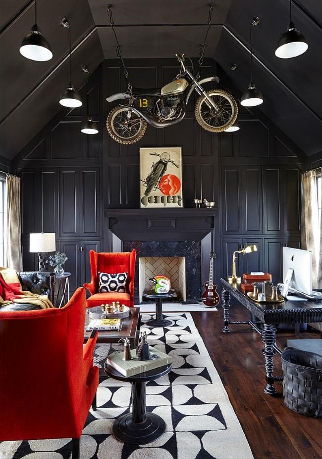 Оригинальный домашний офис с необычными элементами декора и мягкими красными креслами.