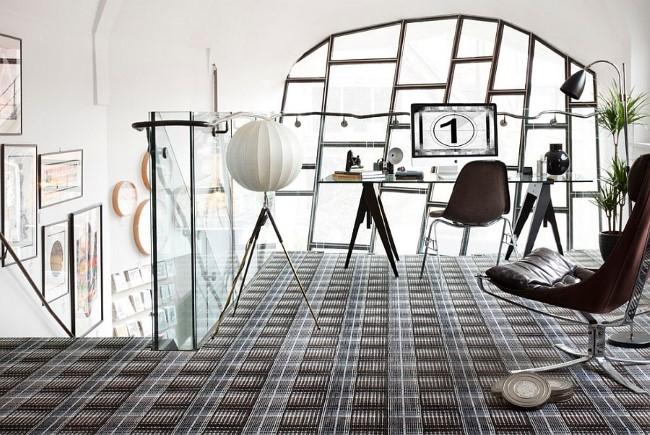 Просторный черно-белый домашний офис с элементами нейтрального серого цвета.