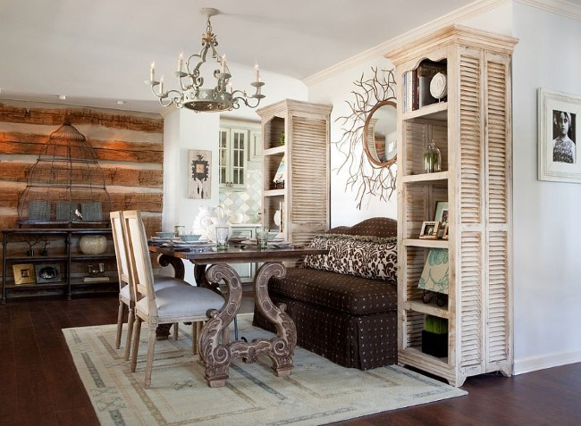 Просторная светлая столовая со старинной мебелью и необычными аксессуарами.