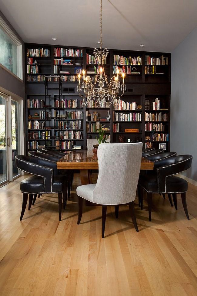 Библиотека-столовая с классической деревянной мебелью и выходом во внутренний двор.