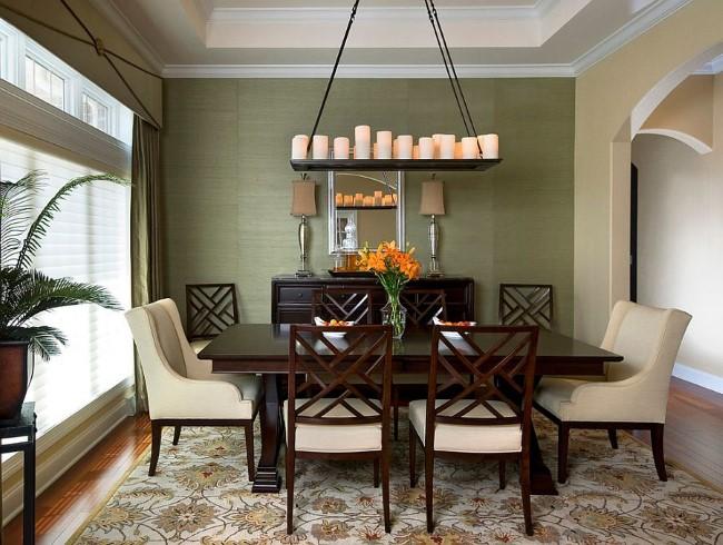 Средиземноморская гостиная-столовая с узорчатым прямоугольным ковровым покрытием.