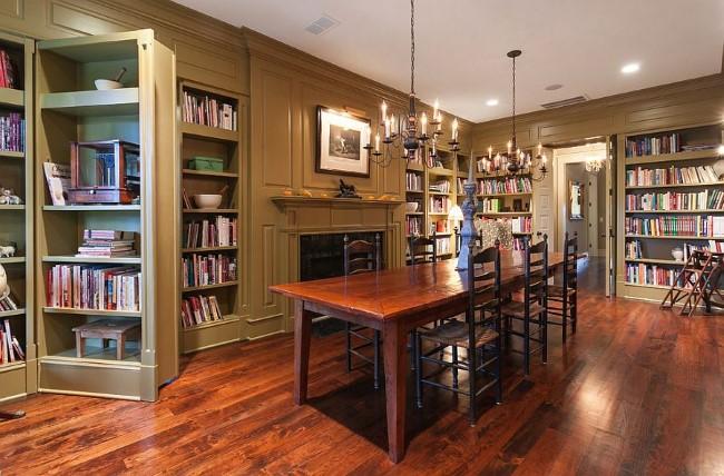 Классическая столовая с потайными книжными шкафами.