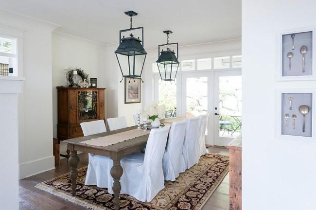 Стильные индустриальные светильники в интерьере белой столовой шебби шик.