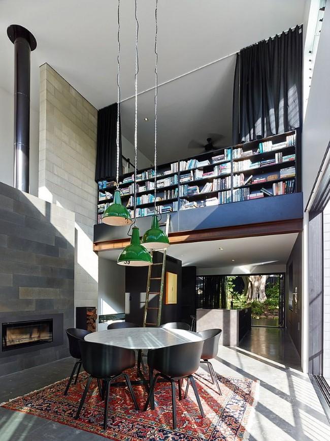 Необычные книжные полки и стеллажи на уровне второго этажа загородного коттеджа.