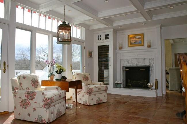 Комфортная гостиная в ретро-стиле с напольным терракотовым покрытием.