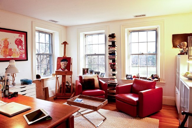 Эклектический домашний кабинет с красной мебелью и аксессуарами.