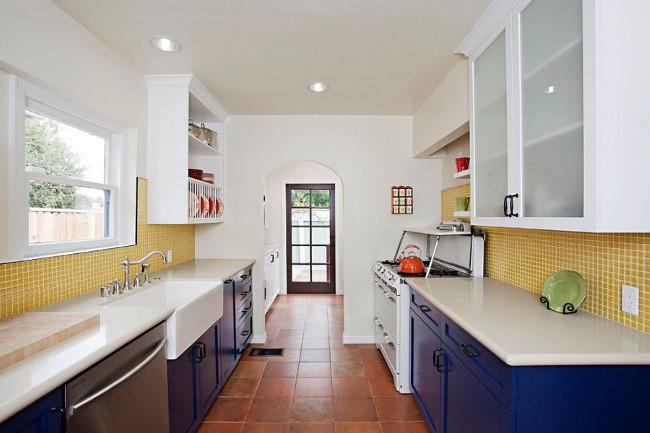 Терракотовая плитка в интерьере узкой эклектической кухни и холла.