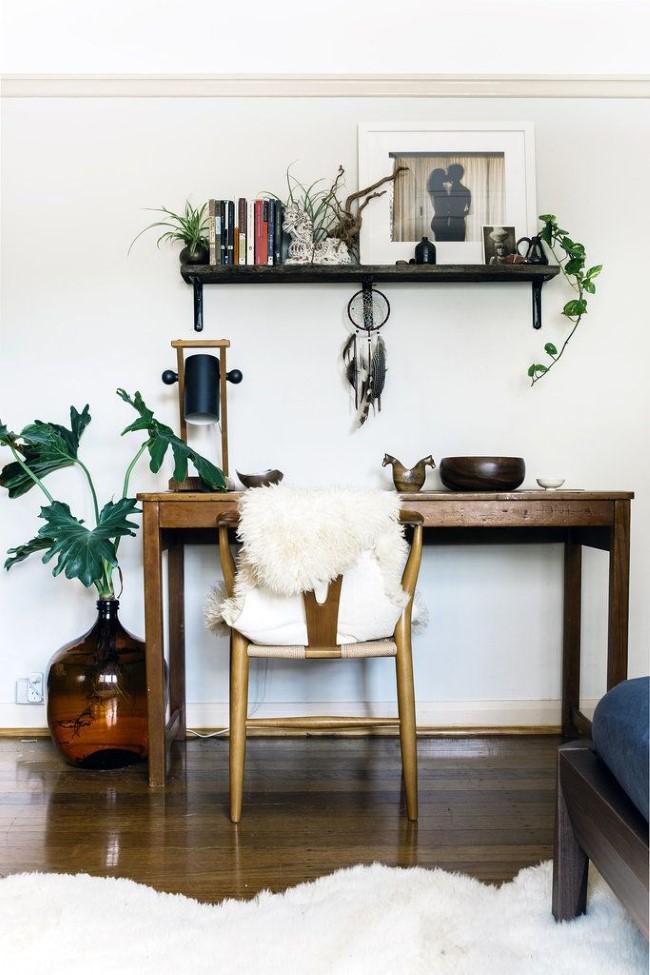 Домашний кабинет в эклектическом стиле с натуральной мебелью и напольным покрытием в скандинавском стиле.