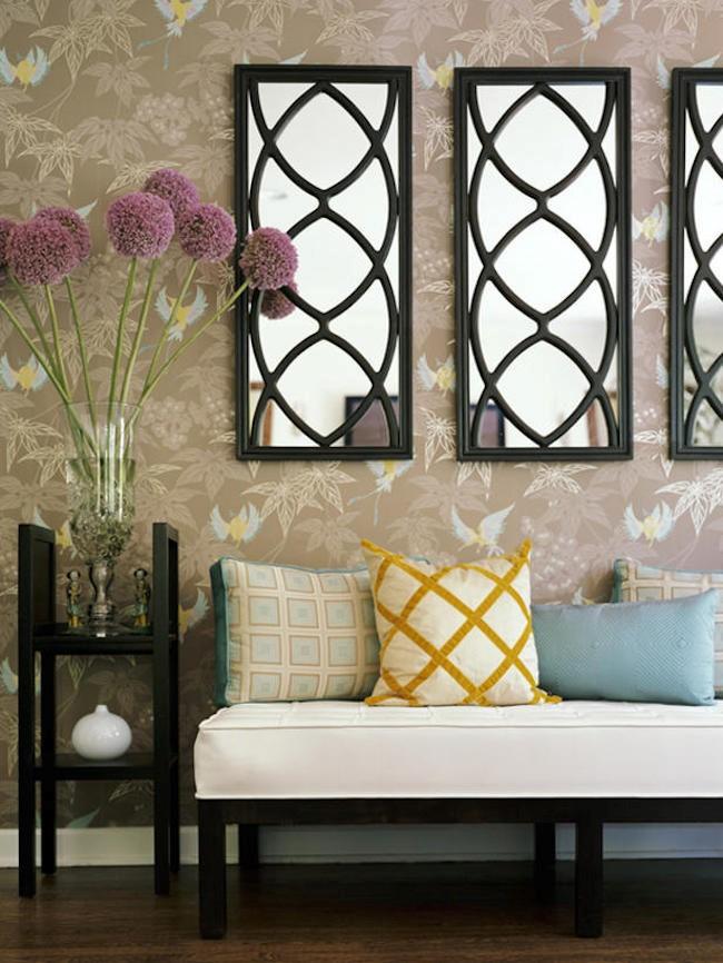 Декоративные узорчатые зеркала-окна в интерьере эклектической прихожей в пастельных тонах.