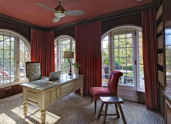 Темно-красный потолок и портьеры в интерьере классического домашнего кабинета.