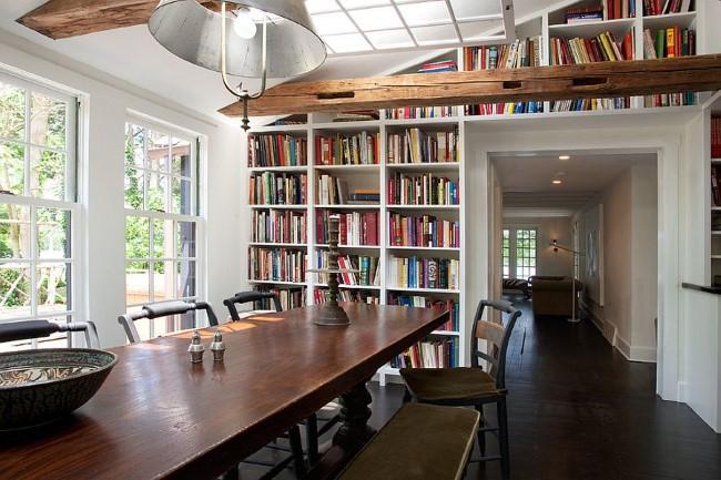 Открытые книжные полки и стеллажи в интерьере современной столовой в деревенском стиле.