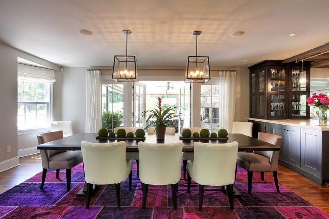 Гостиная-столовая в средиземноморском стиле с ярким ковровым покрытием.