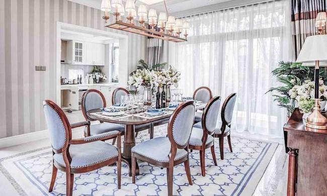 Контрастная мебель и полосатые обои в светлой шебби шик столовой.