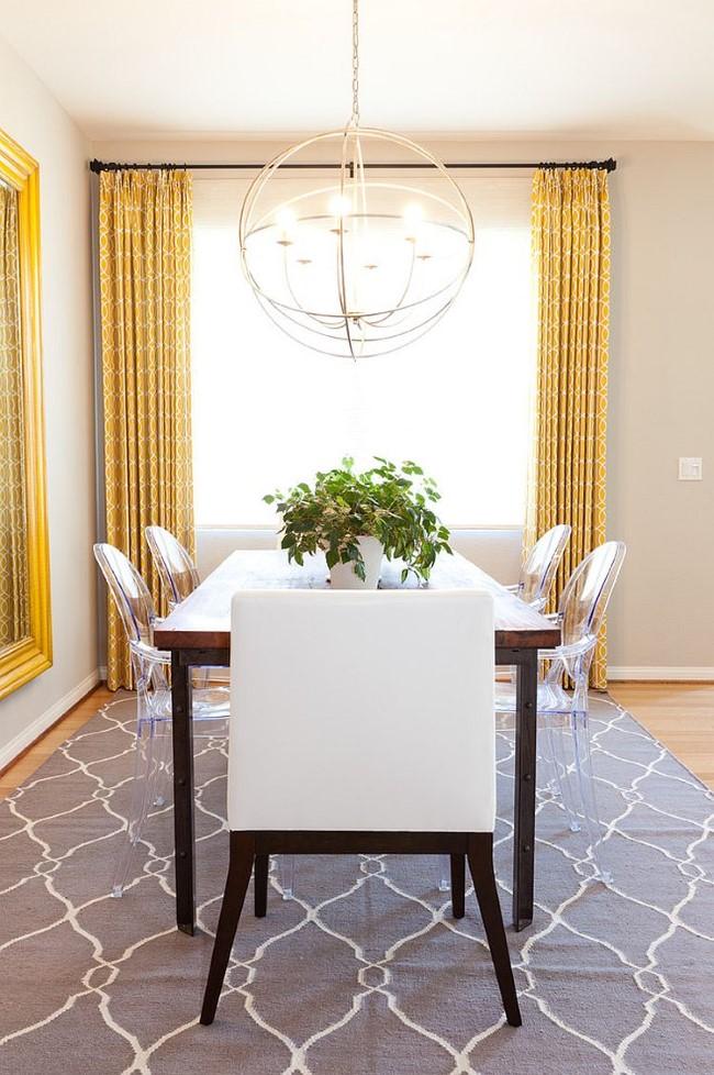 Светло-серый узорчатый ковер в интерьере классической гостиной-столовой.