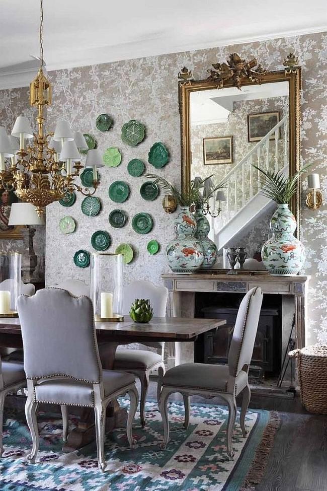 Винтажное зеркало в позолоченной раме в интерьере стильной шебби шик столовой.