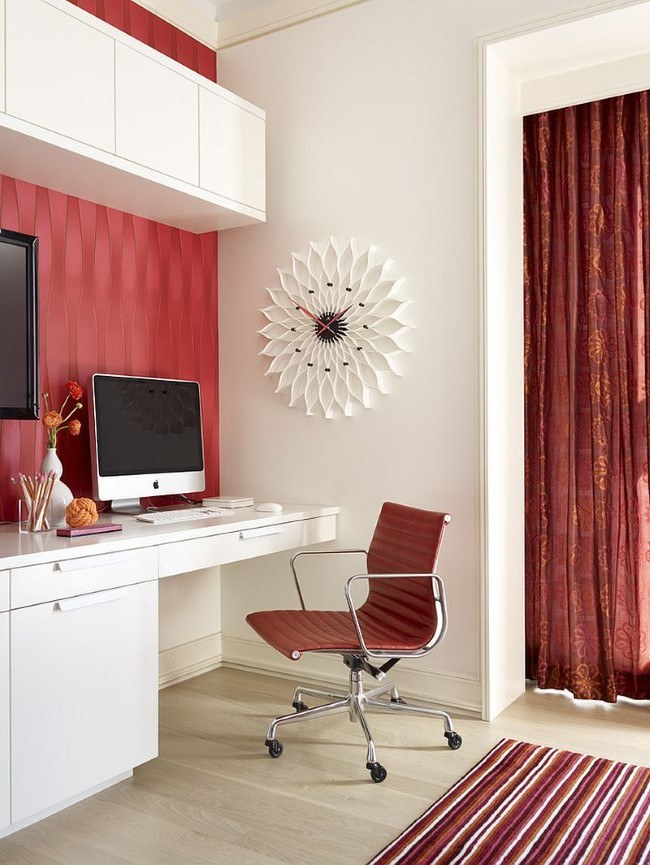 Красные текстурные обои и темно-красные портьеры в белом домашнем кабинете.