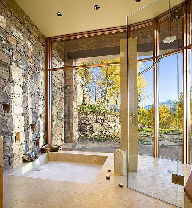 Элегантная ванная комната с каменными стенами и превосходным видом из окна.