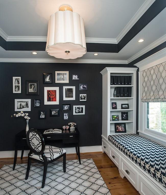 Черно-белый интерьер квартиры в классическом стиле.