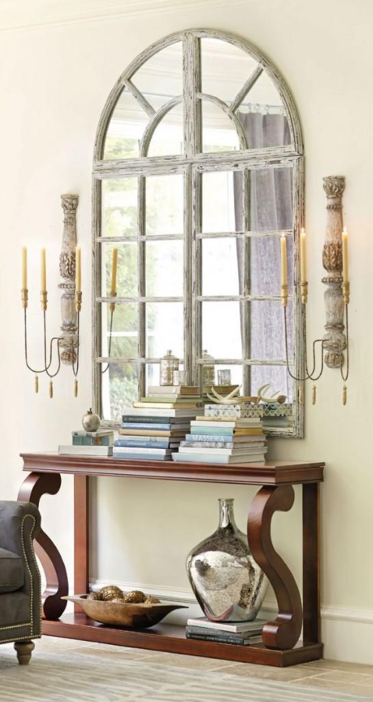 Роскошное зеркало-окно в стиле ретро и позолоченные аксессуары в интерьере элегантной прихожей.
