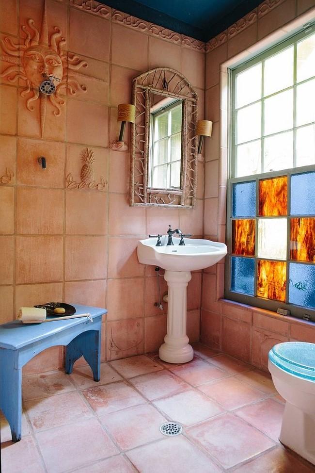 Маленькая уютная ванная с терракотовой напольной и настенной плиткой.