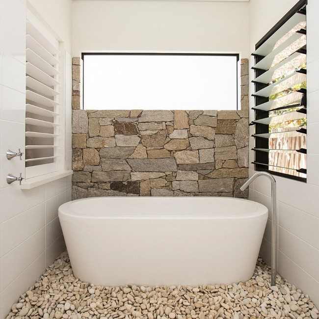 Ванная комната в экостиле с морской галькой и каменными настенными плитами.