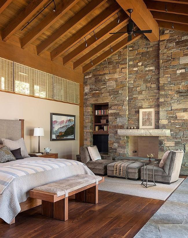 Стильная спальня с уютной зоной отдыха в средиземноморском стиле.