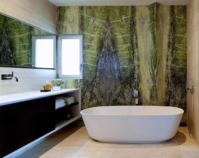 Роскошная современная ванная со стенами из ирландского зеленого мрамора.