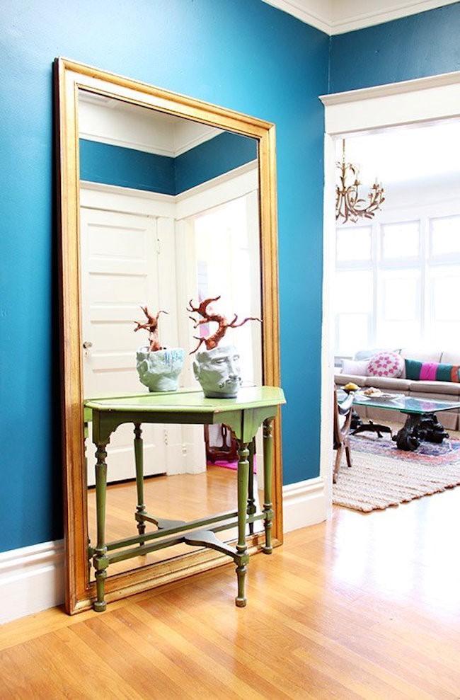 Стильное настенное зеркало для прихожей в эклектическом стилевом направлении.