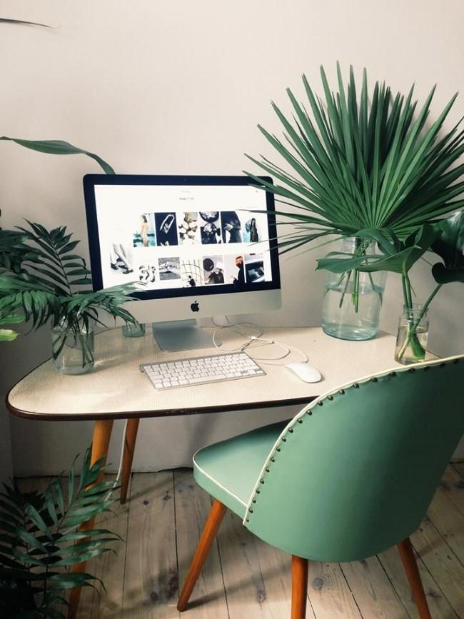 Стильный экокабинет с бирюзовым мягким креслом и обилием живых растений и цветов.