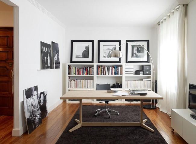 Стильные черно-белые фотографии и картины в интерьере домашнего офиса.