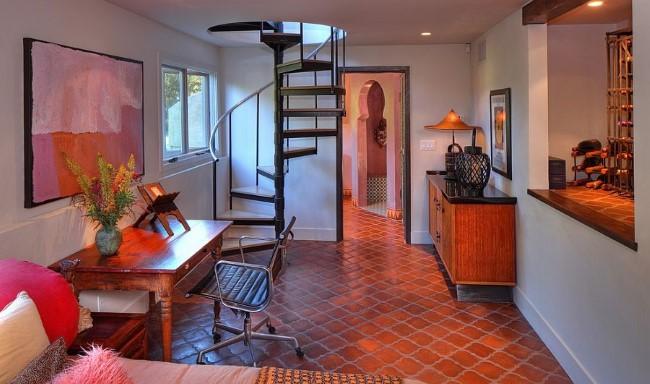 Терракотовая коричневая плитка в интерьере гостиной с домашним кабинетом.