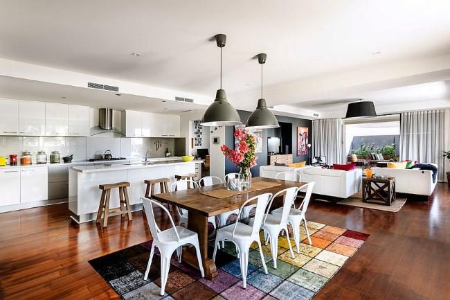 Яркий разноцветный ковер с синтетическим ворсом в интерьере кухни-столовой.