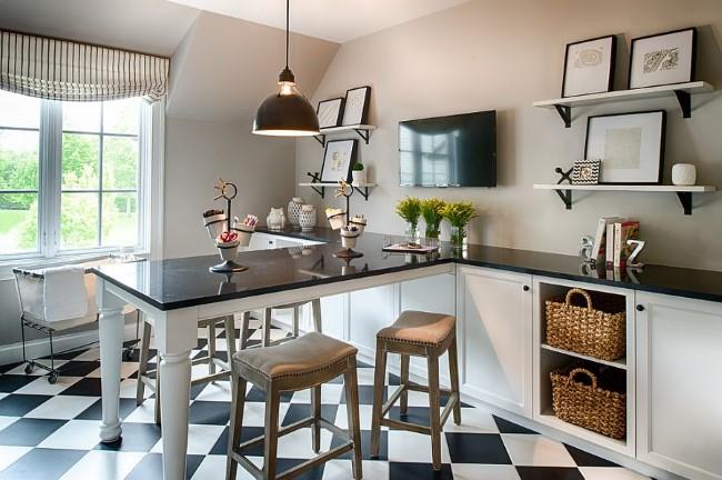 Уютный домашний кабинет в просторной черно-белой кухне частного дома.