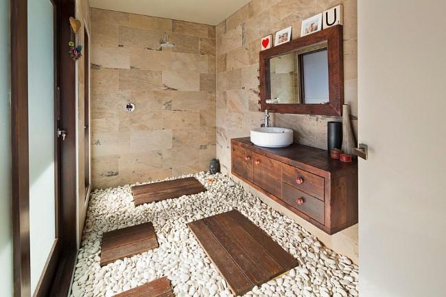 Ванная комната в тропическом стиле с каменными стенами и полом.