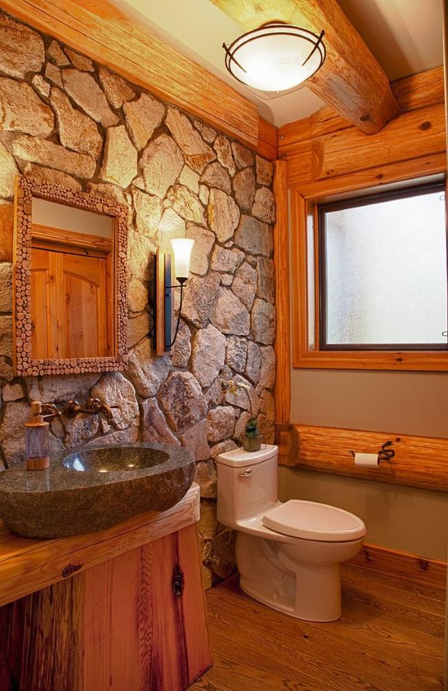 Стильная деревенская ванная с мебелью и стенами из натурального дерева и природного камня.