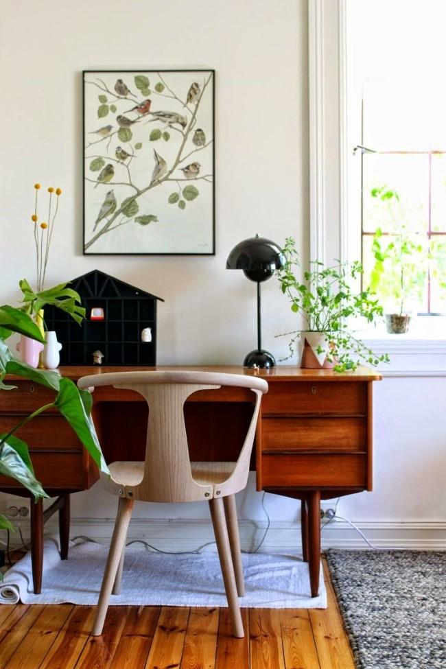 Необычные картины с растительными элементами и живые растения в домашнем кабинете в экостиле.