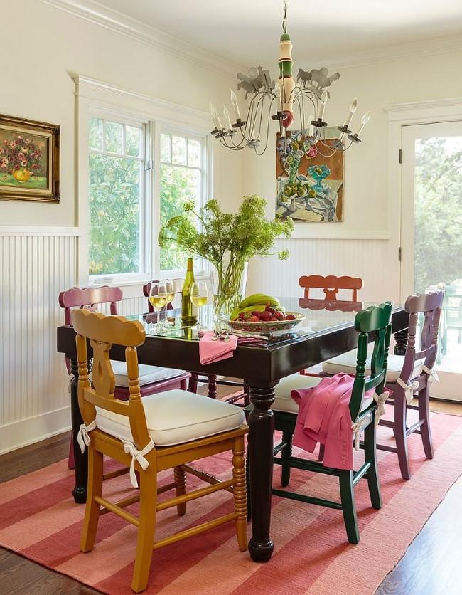 Классическая разноцветная мебель в интерьере столовой частного дома.