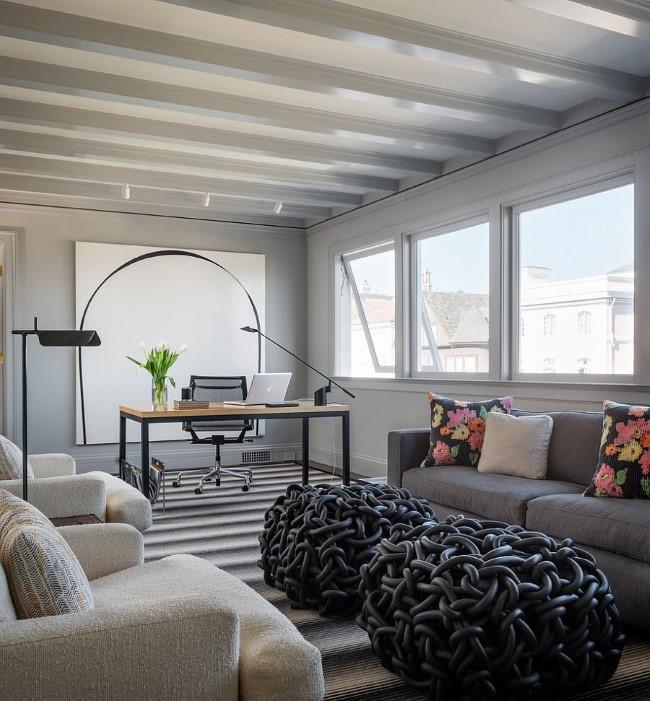Стильный офис в черных, белых и серых тонах с необычными пуфами и разноцветными подушками.