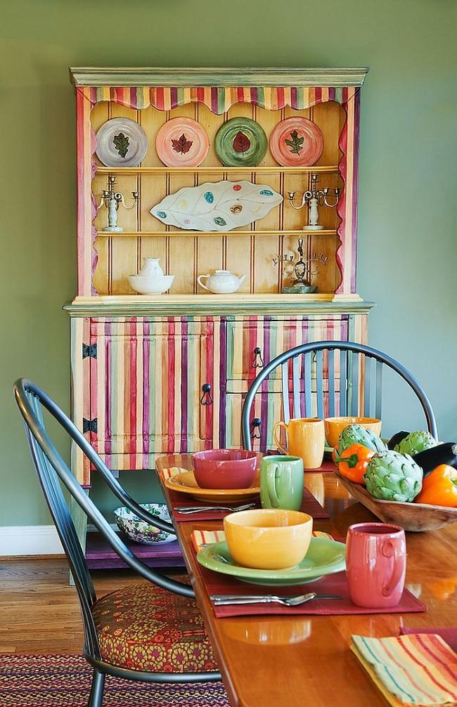 Яркая столовая в стиле шебби-шик, соединенная с кухонной зоной.