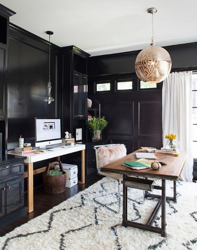 Правильный баланс черного и белого цветов в интерьере домашнего кабинета.