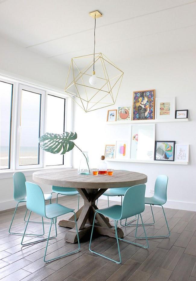 Оригинальные геометрические светильники желтого цвета в маленькой столовой.