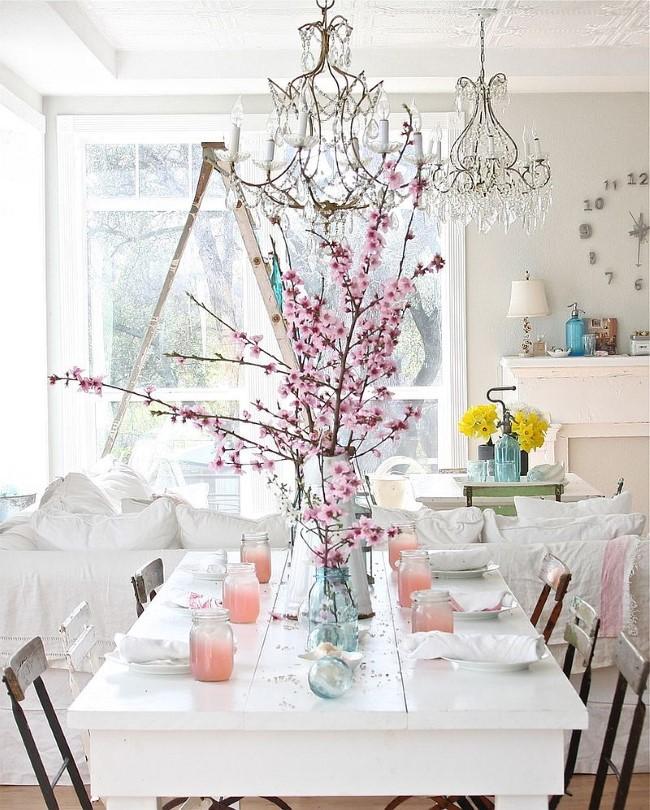 Белая столовая в стиле шебби шик с яркими элементами.