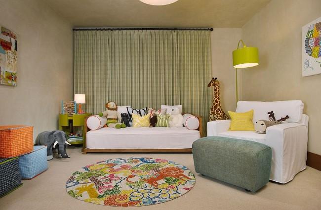 Уютная мягкая мебель и другие элементы декора в стильной гостевой-игровой комнате.