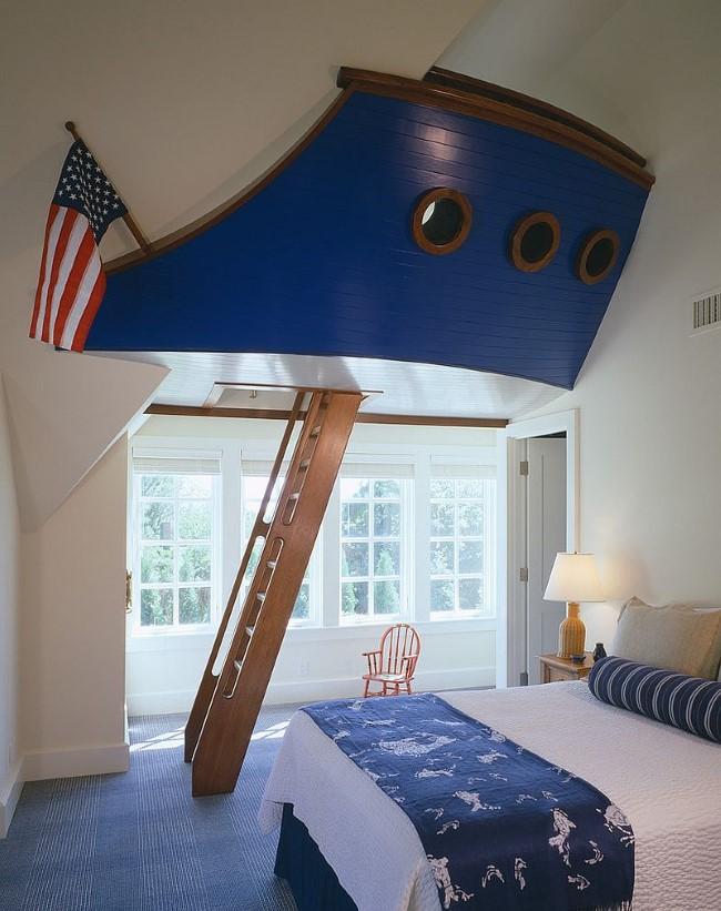 Гостевая-игровая комната с большим ярким «кораблем» для детских игр.