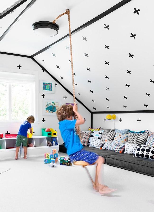 Просторная мансардная игровая-гостевая комната с подвесной качелей и мягким уютным диваном.
