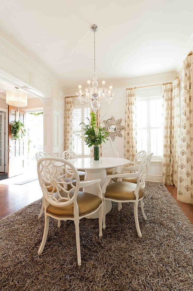 Серое ковровое покрытие с натуральным ворсом в интерьере классической столовой.